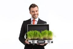 De koffer van de mensenholding met gras het groeien Royalty-vrije Stock Foto