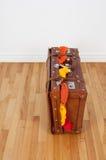 De koffer van het leer met teveel kleding Stock Afbeeldingen