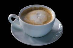 De koffie, cappuccino, in wit glas, plumeria bloeit op bovenkant met royalty-vrije stock foto's