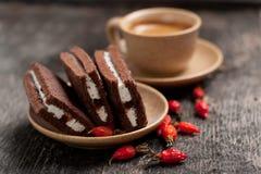 De koffie en de cakes verlaten de eenvoudige stijl van het samenstellingsdorp met bessen Stock Foto