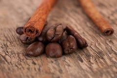 De koffie en de kaneel Stock Afbeeldingen