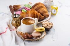 De koffie en het croissantsontbijt, hekelen leggen stijl royalty-vrije stock foto
