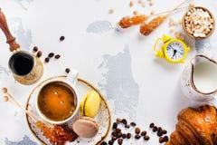 De koffie en het makaronsontbijt, hekelen leggen stijl royalty-vrije stock fotografie