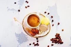De koffie en het makaronsontbijt, hekelen leggen stijl stock afbeeldingen