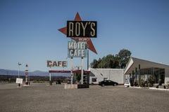 De Koffie en het motel van Roy in Amboy, Californië, Verenigde Staten, naast klassiek Route 66 stock afbeeldingen