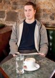 De koffie en het nieuws van de ochtend Royalty-vrije Stock Foto