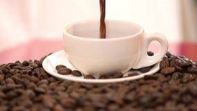De koffie giet stock footage