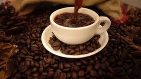 De koffie giet stock videobeelden