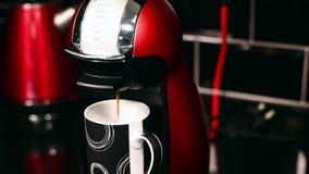 De koffie giet in de kop van Koffiemachine stock footage