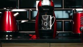 De koffie giet in de kop van Koffiemachine stock video