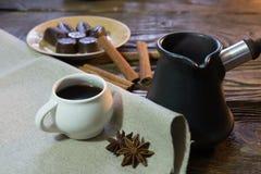 De koffie in ibrik met kaneel en chocolade stock afbeelding