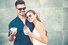 De koffie is ideaal voor gesprek Paar van vrouw en de mens met koffiekoppen Het meisje en de vriend hebben espresso of stock fotografie