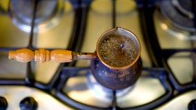 De koffie kookt uit in Turkije Voorbereiding van Turkse koffie in koper Cezve stock footage