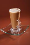 De koffie Latte van de koffie in een lang glas op bruin Stock Afbeeldingen