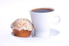 De koffie met een cupcake met bestrooit stock afbeelding