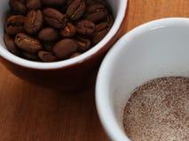 De koffie is oplosbaar en in bonen in een kop royalty-vrije stock afbeelding
