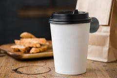 De koffie van cappuccino flatwhite americano met nootkoekjes Stock Afbeeldingen