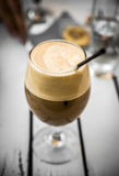 De Koffie van cappuccinofreddo in Glas met stro Stock Foto's