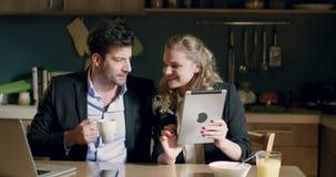De koffie van de bedrijfsmensenochtend stock videobeelden