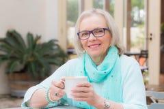 De koffie van de blondevrouw Stock Foto