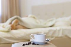 De koffie van de ochtend in bed Stock Afbeelding