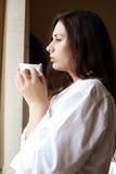 De koffie van de ochtend dichtbij het venster Stock Afbeelding