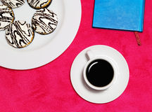 De koffie van de ochtend met cakes royalty-vrije stock foto's