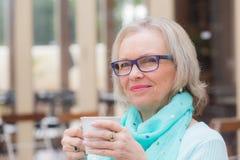 De koffie van de vrouwenkoffie Stock Foto