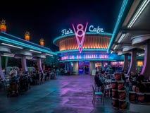 De Koffie van Flo V8 bij nacht in Carsland bij het Avonturenpark van Disney Californië Stock Afbeelding