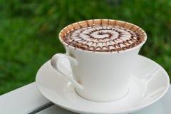 De koffie van het ontwerppatroon in een witte kop Stock Afbeeldingen