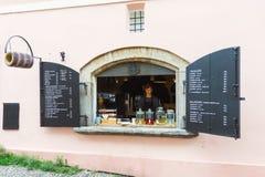 De koffie van het straatvenster in Praag royalty-vrije stock fotografie