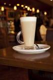 De koffie van Latte in lange glasse op een koffielijst Stock Foto's