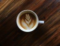 De koffie van de Lattekunst op de donkere houten lijst Royalty-vrije Stock Afbeelding
