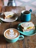 De koffie van de Lattekunst op de houten lijst, Heerlijk Gezond Ontbijt met Zwarte koffie en latte kunstkoffie royalty-vrije stock afbeelding