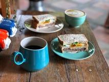 De koffie van de Lattekunst op de houten lijst, Heerlijk Gezond Ontbijt met Zwarte koffie en latte kunstkoffie royalty-vrije stock foto's