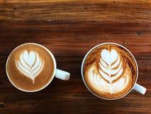 De koffie van de piccolofluit latte kunst en cappuccinokoffie in witte kop royalty-vrije stock afbeelding