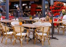 De koffie van de terrasstraat bij Oude Stad van Riga stock foto