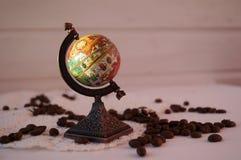 De koffie van verschillende landen, een bol van koffie, wordt koffie over de hele wereld van gehouden stock foto