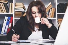 De koffie van de vrouwenhand stock afbeeldingen