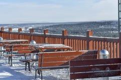 De koffie van de de zomerstraat met sneeuw in de winter wordt behandeld, zijn er geen vis die Stock Afbeelding