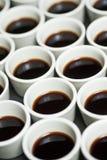 De koffie vormt patroon tot een kom Stock Afbeeldingen