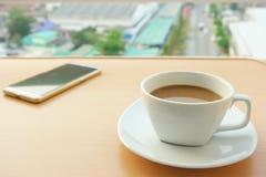 De koffie vormt wit, en telefoons tot een kom royalty-vrije stock foto