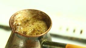 De koffie wordt gebrouwen op een gasfornuis Close-up stock video