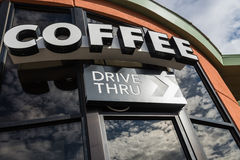 De koffieaandrijving door teken met denkt van glasvenster na Stock Foto