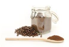De koffiebonen en grinded op wit Stock Afbeelding