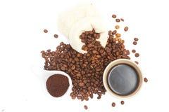 De koffiebonen, grinded koffie, en zwarte koffie klaar te drinken, witte achtergrond, illustratie royalty-vrije stock foto