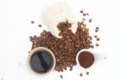 De koffiebonen, grinded koffie, en zwarte koffie klaar te drinken, witte achtergrond, illustratie stock afbeelding