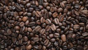 De koffiebonen roteert op de draaischijf stock videobeelden