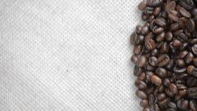De koffiebonen roteert op de draaischijf stock footage