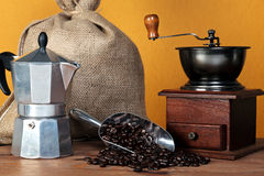 De koffiebonen van Caffettiera en molen Royalty-vrije Stock Foto's